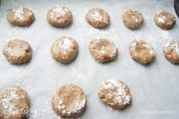 Смоченными водой руками сформировать шарики. Обвалять их в смеси сахарной пудры и корицы. Поставить выпекать в разогретую до 180°C духовку на 15 минут.