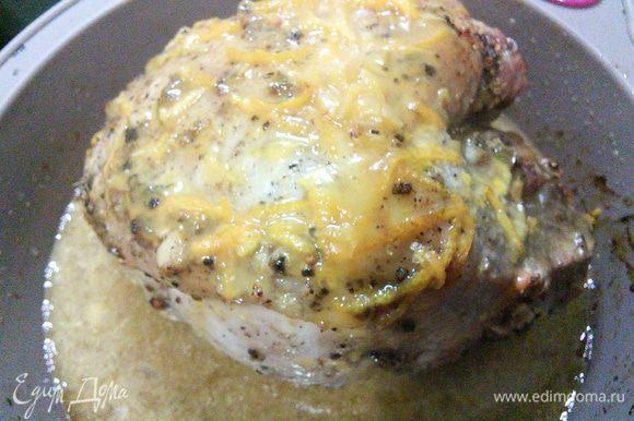 Через 2 часа запекания вынуть окорок из духовки и обильно смазать глазурью. Запекать в течение часа (до готовности мяса), смазывая каждые 15 мин медово-апельсиново-горчичной глазурью. В ёмкость под мясом по надобности нужно подливать воду.