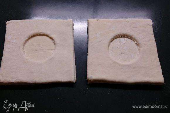 Квадрат с отверстием накладываем сверху на квадрат без отверстия и немного придавливаем пальцами края.