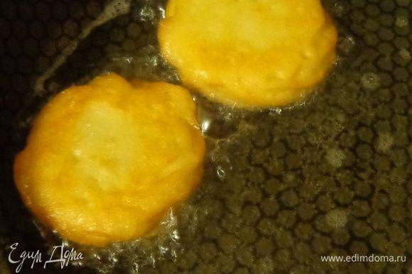 Раскалить в сковороде растительное масло и опускать в него тесто прямо на пергаменте. Через минуту бумага отклеится и ее можно будет вынуть. А тесто жарить на среднем огне до золотистости, пару раз перевернув печенья.
