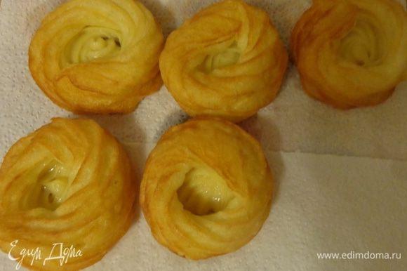 Готовые печенья вынуть и положить на бумажную салфетку, чтобы удалить лишний жир. Остудить.