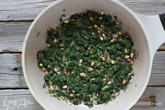 Разогреть в сковороде оливковое масло и тушить шпинат вместе с кедровыми орехами пару минут, затем поперчить, посолить и снять с огня. Остудить.