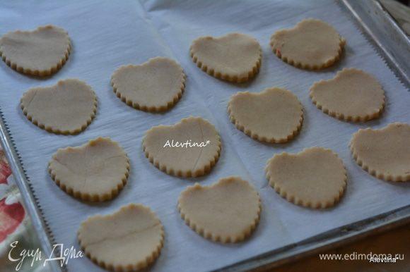Переложить вырезанное печенье на противень с бумагой для выпечки. Положить противень с печеньем в холодильник на 30 минут.