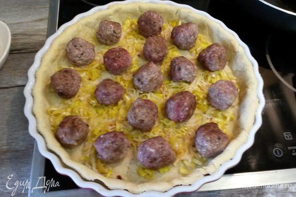 Далее на пирог выкладываем лук-порей и фрикадельки.