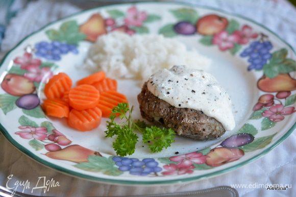Подавать горячими под смешанным готовым соусом с гарниром и овощами. Приятного аппетита.