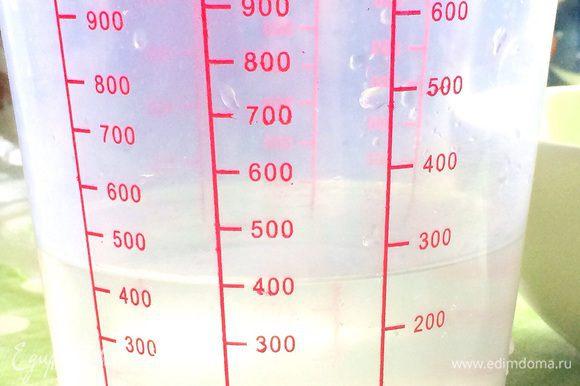В емкость наливаем 400 мл теплой воды.