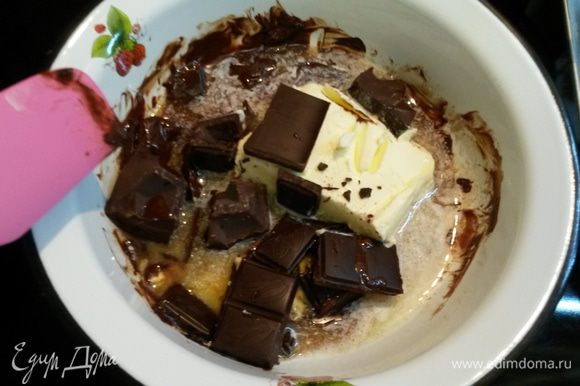 Когда булочки будут уже на подходе, начинаем готовить тесто для пирога. Для это растопим на плите или в микроволновке шоколад со сливочным маслом.