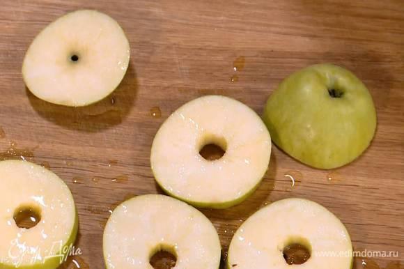 Из половинки лимона выжать сок и сбрызнуть нарезанное яблоко (немного сока оставить).