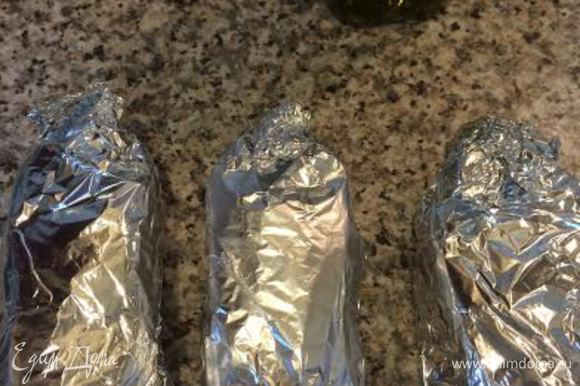 Каждый стейк завернуть в фольгу. Дать постоять 10 минут. Поставить в разогретую духовку (200°C) на 20 минут, а потом открываем фольгу и оставляем еще на 5 минут.