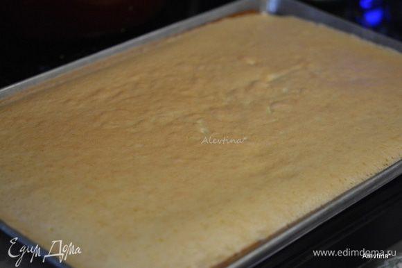 Сахарную пудру просеять через сито на тонкое чистое вафельное полотенце. Перевернуть готовый бисквит аккуратно на полотенце. Убрать бумагу.