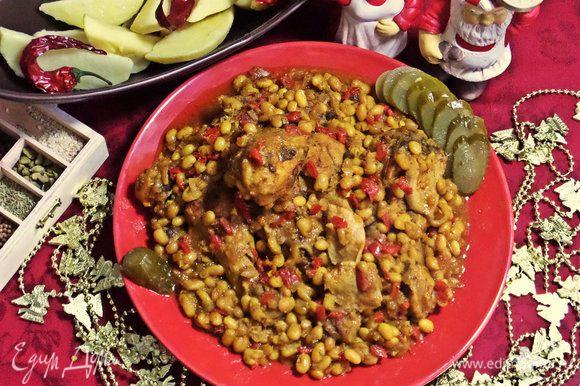 Выкладываем на большое блюдо ножки с фасолью. Поливаем соусом.