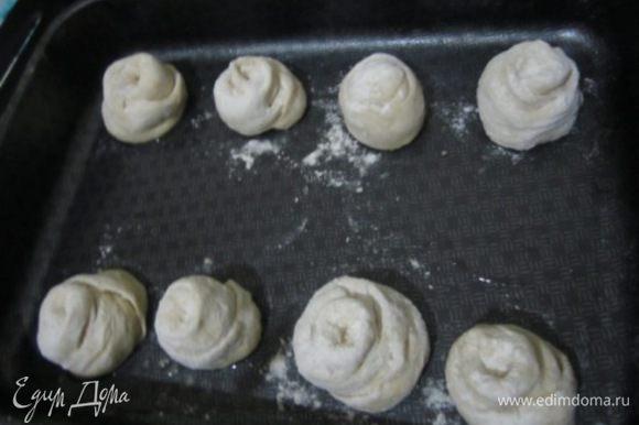 Намазать противень маслом. Разделить каждый рулетик на 3 части Выложить тесто на противень сформировав розаны. Поставить в теплое место на 15-20 минут.