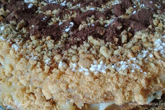 Промазанные коржи кладем друг на друга, бока оформляем крошкой от 1 коржа с добавлением подсушенных орешков. Этой смесью покрываем и верх торта. Вот так получилось у меня.