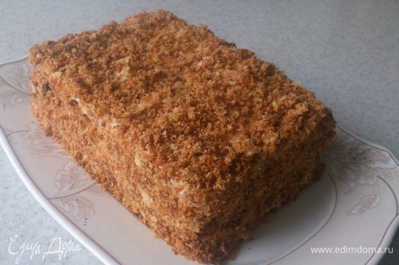 Шестой корж раскрошить скалкой и посыпать верх и бока тортика.