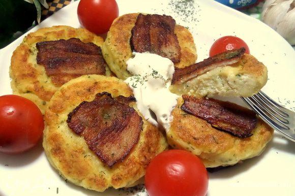 Сырничек нежный, а хрустящий бекон дополняет вкус!