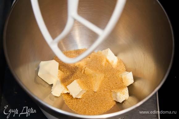 Взбить масло комнатной температуры с сахаром в кремовую пышную массу.