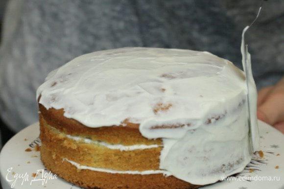 Далее обмазываем торт кремом целиком.