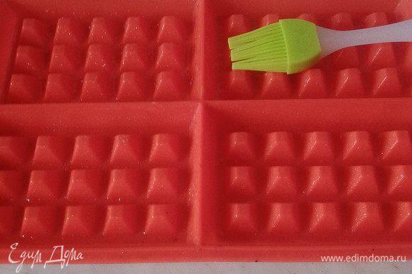 Форму для вафель смазать растительным маслом.