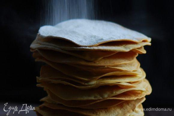 Охлажденным кремом смазываем коржи. Пару коржей оставляем для обсыпки. Кремом обмазываем бока торта. Оставшиеся коржи превращаем в крошку.