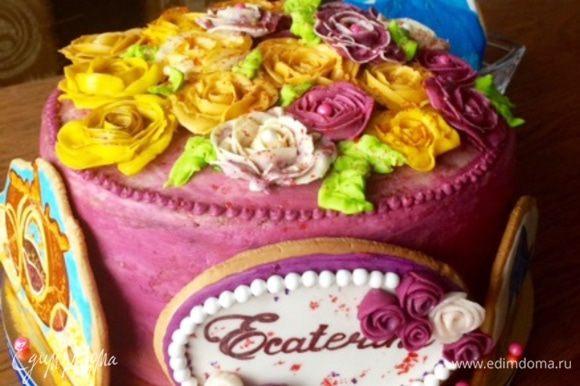 Кроме того, торт был украшен еще пряниками расписными, тема Золушка. Я как могла сфотографировала дома, а полной картины, когда Золушку водрузили на торт нет, так что фото, только те, что смогла сделать дома.