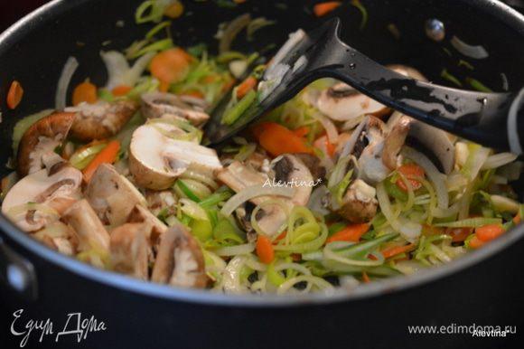 Грибы помыть, крупные нарезать. Добавить в блюдо, затем специи, чеснок мелко нарезанный, готовить 1 минуту.