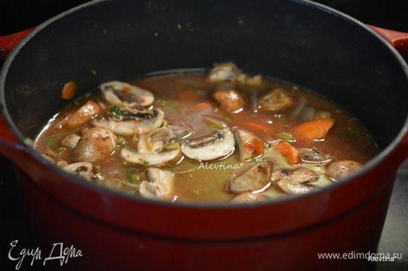 Влить вино, бульон, томатную пасту, лавровый лист. Вернуть говядину. Перемешать, посолить. Закрыть крышкой, убавить огонь и тушить примерно 1 час. За 10-15 минут добавить перловку быстрого приготовления. Закрыть крышкой и готовить 10-15 минут.