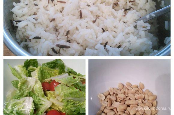 Отварить рис, как указано на упаковке. Слить воду, остудить. Помидоры порезать пополам, салат порвать на кусочки. Орехи порубить не слишком мелко.
