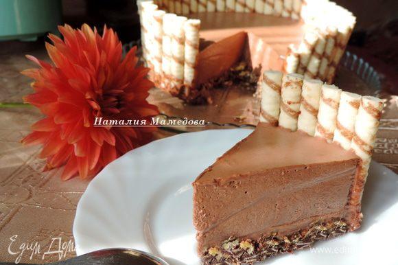 Торт готов, как только мусс застынет — можно угощаться и угощать. Приятного аппетита!!!
