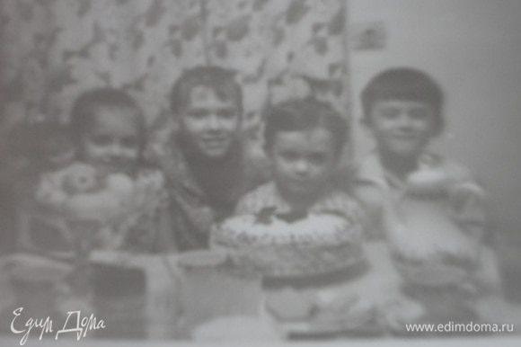 Вот те самые любители бабулиного торта — дети мои и моей сестры.