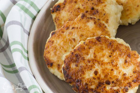 Разогрейте в сковороде оливковое масло и обжаривайте сырники с двух сторон, до золотистой корочки. Поставьте сковороду с сырниками в разогретую духовку на 10 минут.