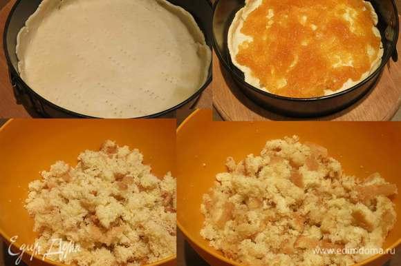 """Выкладываем тесто в форму, смазанную маслом, накалываем и ставим в духовку на 10 минут при 220°С. Достаем, выкладываем тыквенный мармелад, 150 г, еще запекаем 20 минут, даем немного закарамелизоваться. Тыквенный мармелад — загадка для едоков, вкус и абрикос, и цедры, но не тыквы. Можно использовать любую прослойку — мармелад, конфитюр и пр., и даже просто посыпать пудрой. Бисквит готовила как в рецепте """"Неаполитанского печенья"""", по технике Луки Монтерсини. Грамм 300 бисквита впервые заморозила, результатом довольна, тесто """"вызревает"""" на холоде, как мне показалось становится более ароматным. На выходе 280 г или активно пробовала, или усыхает. Так как рецепт новодел, то все взвешивала, смешиваем бисквит с сиропом, у меня ушло 140 мл сиропа из бузины — очень ароматного, необычного по вкусу, приготовила его прошлым летом, наконец-то применила. За идею сиропа спасибо Ольге С."""