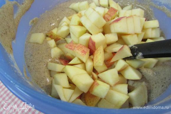 Затем добавить остальные яблоки, перемешать.