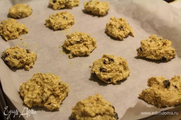 Столовой ложкой на расстоянии друг от друга выложить печеньки на застеленный пергаментом противень и отправить в разогретую на 175°С духовку на 10-15 минут, до готовности.