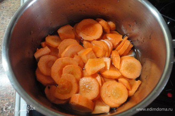 Морковь нарезать и тушить в небольшом количестве воды до мягкости минут 10-15.