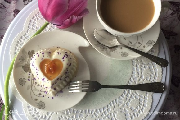 Переворачиваем на блюдо/блюдце, украшаем свежими фруктами или поливаем фруктовым сиропом и подаем с чашечкой кофе или чая.