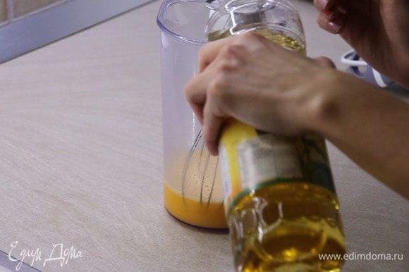 Добавляем соль на кончике ножа и 3 столовый ложки растительного масла. Всё перемешиваем.