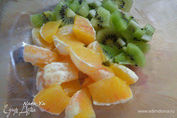 Апельсин также очистим от кожуры, отделим дольки и разрежем каждую дольку пополам.