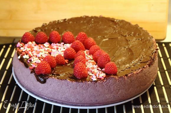 Готовый торт я покрыла шоколадной глазурью и украсила ягодками и сахарными средечками.