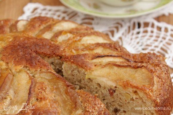 Горячий пирог смазать яблочным джемом (можно упустить этот шаг, на вкус не влияет, только для красоты). Душевного чаепития!