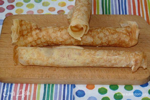 Готовые блины обильно смазываем сливками с обеих сторон (я использую деревенские домашние). Сворачиваем в трубочки, оставив средину полой. Отправляем в холодильник на 20 минут, пока сливки не застынут полностью и блинные трубочки станут твердыми.