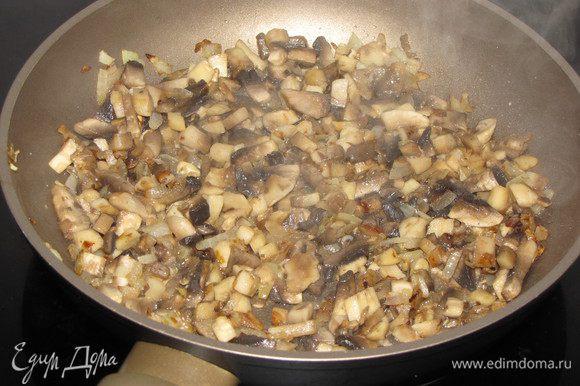 Разогрейте в сковороде растительное масло и обжарьте мелко нарезанный репчатый лук, затем добавьте нарезанные мелким кубиком шампиньоны. Шампиньоны желательно взять крупные. Жарьте еще минут 5, помешивая.