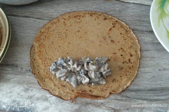 Фаршируем блинчики грибной начинкой. Приятного аппетита!