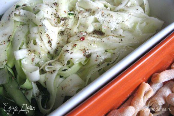 Почистить чеснок. Раздавить зубчики чеснока тыльной стороной ножа. На сковороду налить масло, добавить сухие травы, чеснок, прогреть минут 5. Снять с огня, чеснок выкинуть. Масло с травами (дать немного остыть), лимонный сок, соль, свежемолотую смесь 5 перцев добавить к ленточкам цукини.