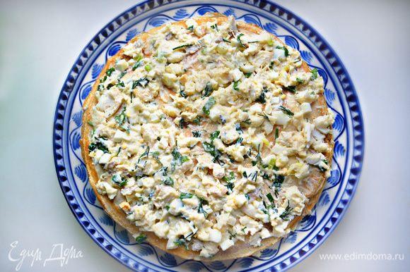 В керамическое блюдо или форму выложите 1 блин и сверху равномерно распределите начинку. Сверху накройте другим блином и снова начинку. Продолжайте таким образом выкладывать слоями блины и начинку. Последним накройте блином и смажьте сливочным маслом. Запекайте пирог в разогретой до 200°С духовке 15 минут. Можно запечь и в микроволновой печи.
