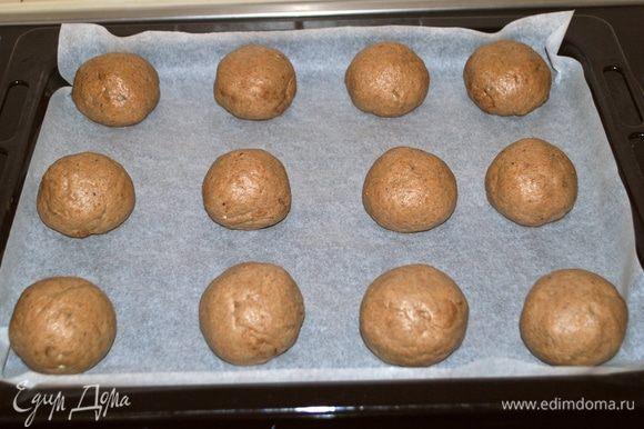Разделить на 12 равных частей, у меня каждая булочка получилась весом 78 г. Сформовать булочки.