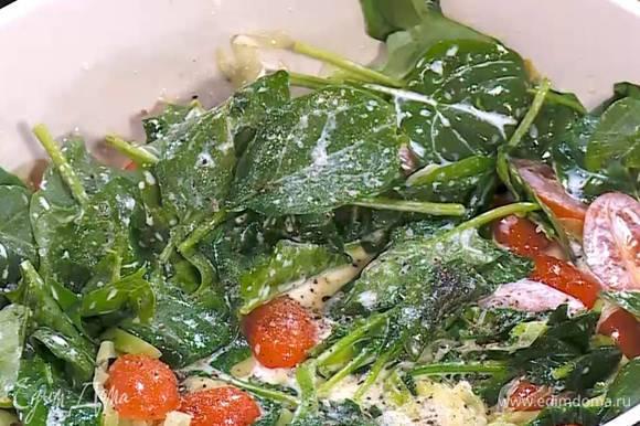 Нарезанные помидоры и шпинат добавить к луку и прогревать все вместе 1‒2 минуты, затем влить сливки, посолить, поперчить, перемешать и выключить огонь, но не снимать с плиты, чтобы овощи дошли в горячей сковороде.