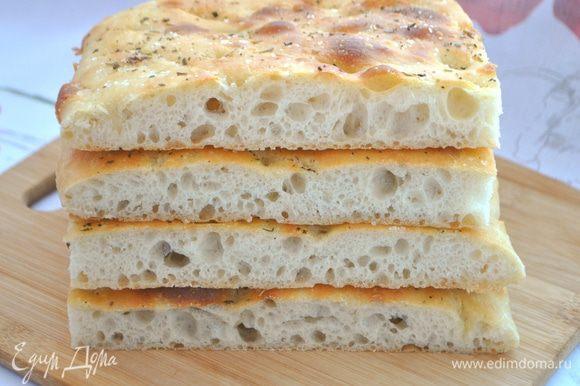 Готовый хлеб накрываем полотенцем и даем им остыть.