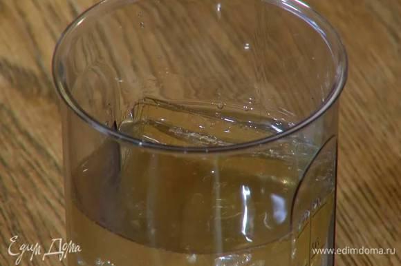 Желатин замочить в холодной воде и дать набухнуть.