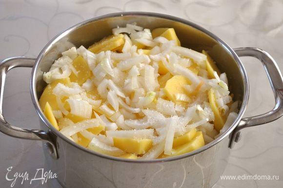 Следующим слоем у нас мелко нарезанный лук. Посыпаем солью по вкусу.
