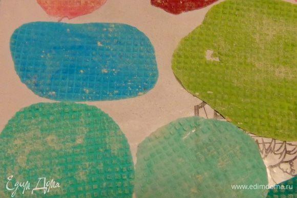 """Первое, что надо было сделать, это материал для мозаики. Я попробовала сначала мастику: окрасила ее в разные цвета, тонко раскатала и с помощью канвы для вышивки сделала """"камушки"""". Потом высушила и измельчила."""
